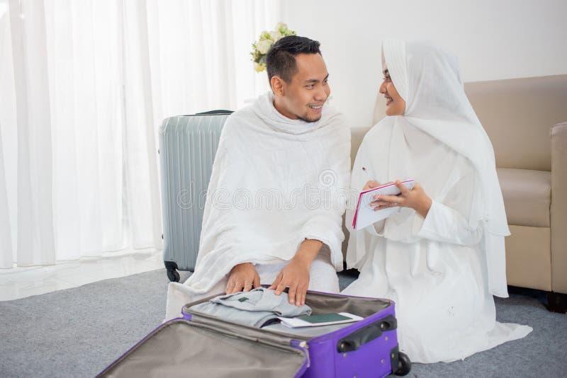 Família muçulmana que prepara a bagagem antes do Haj imagem de stock