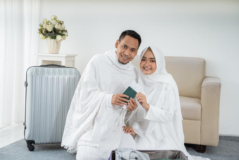Família muçulmana que prepara a bagagem antes do Haj fotos de stock royalty free