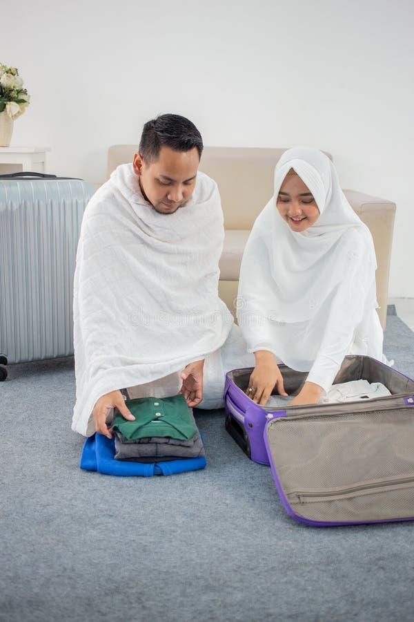 Família muçulmana que prepara a bagagem antes do Haj foto de stock royalty free