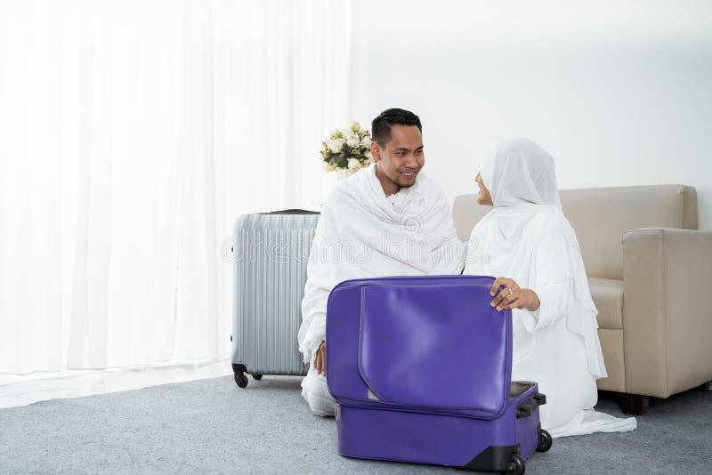 Família muçulmana que prepara a bagagem antes do Haj fotografia de stock