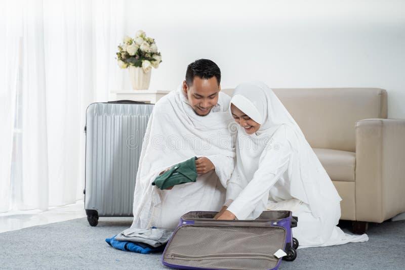 Família muçulmana que prepara a bagagem antes do Haj imagens de stock royalty free