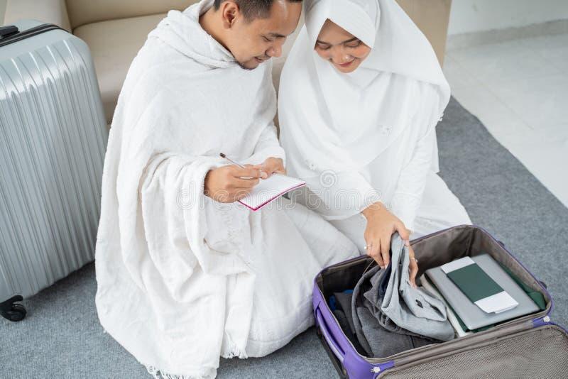 Família muçulmana que prepara a bagagem antes do Haj imagem de stock royalty free