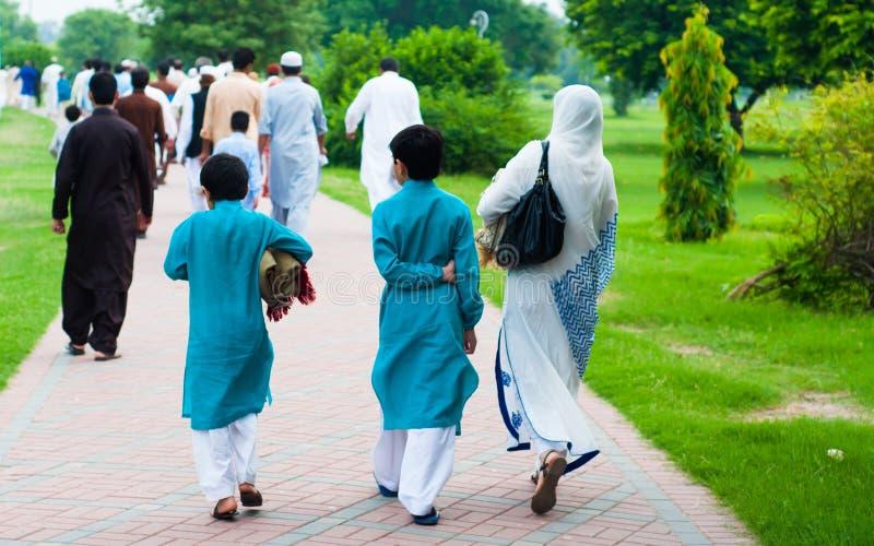 Família muçulmana que vai para orações de Eid, Lahore, Paquistão imagens de stock