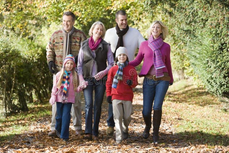 Família Multi-generation na caminhada através das madeiras imagem de stock