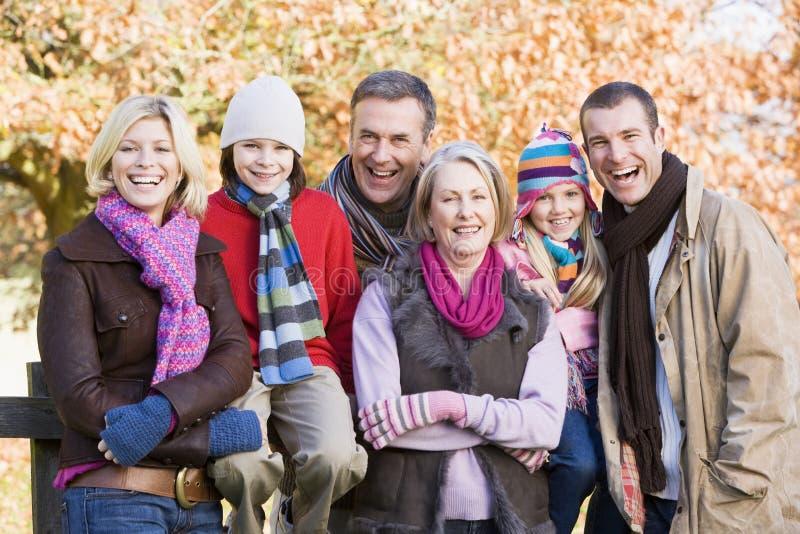 Família Multi-generation na caminhada do outono fotos de stock royalty free