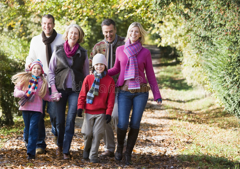 Família Multi-generation que anda através das madeiras imagens de stock royalty free