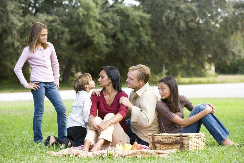 Família multicultural moderna afectuosa no piquenique fotos de stock royalty free
