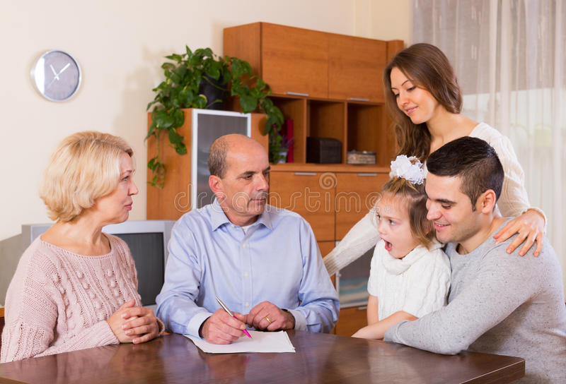 Família Multigenerational que faz a lista de compra imagem de stock royalty free