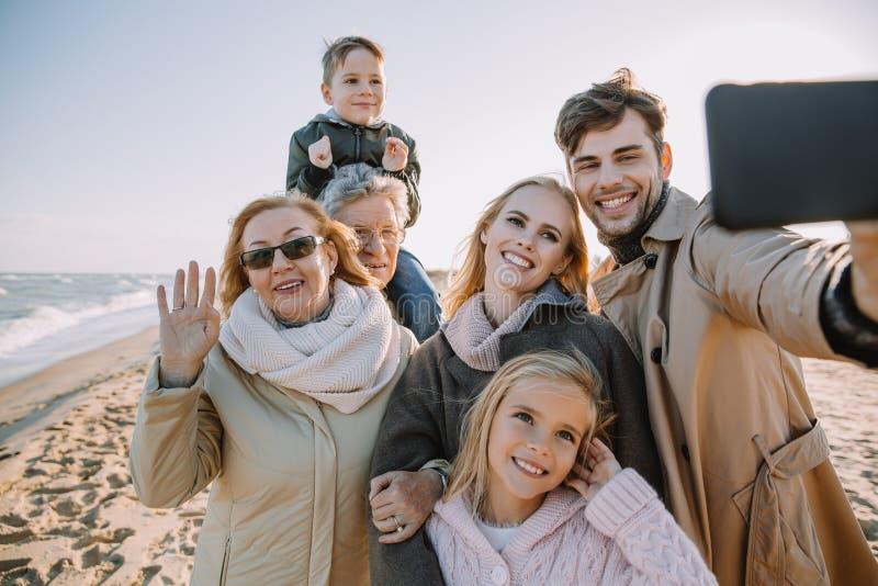 família multigenerational que toma o selfie no smartphone fotografia de stock