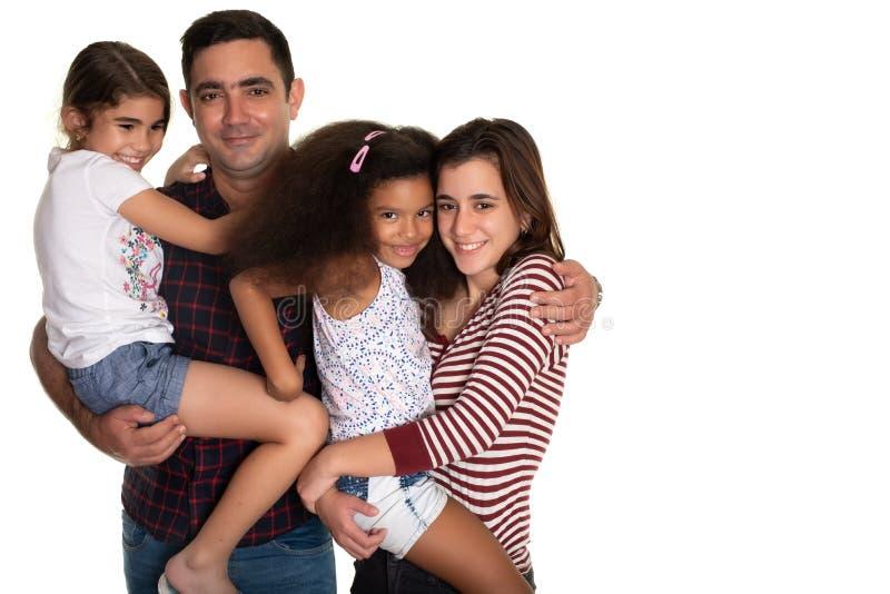 Família multirracial, pai latino-americano com suas três filhas da raça misturada fotos de stock