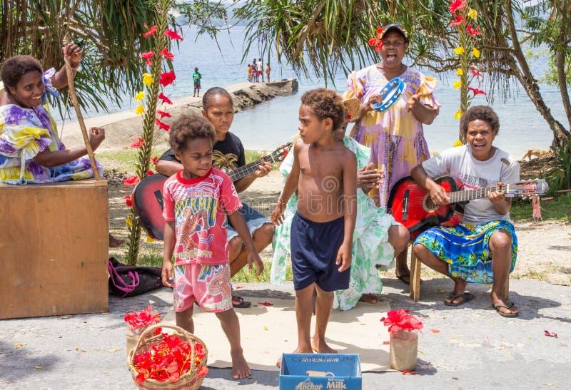 Família musical que dá boas-vindas a passageiros do cruzeiro fotos de stock royalty free