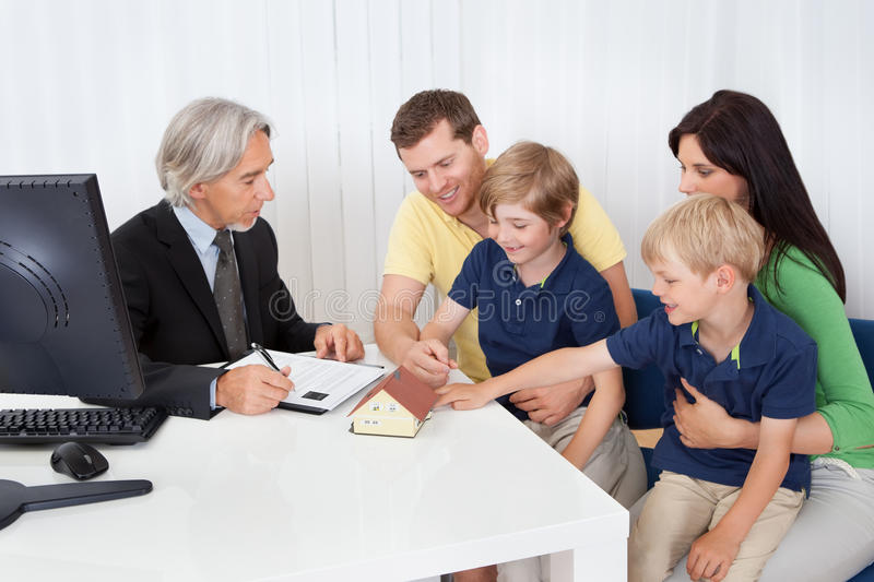 Família na agência real-estate imagem de stock