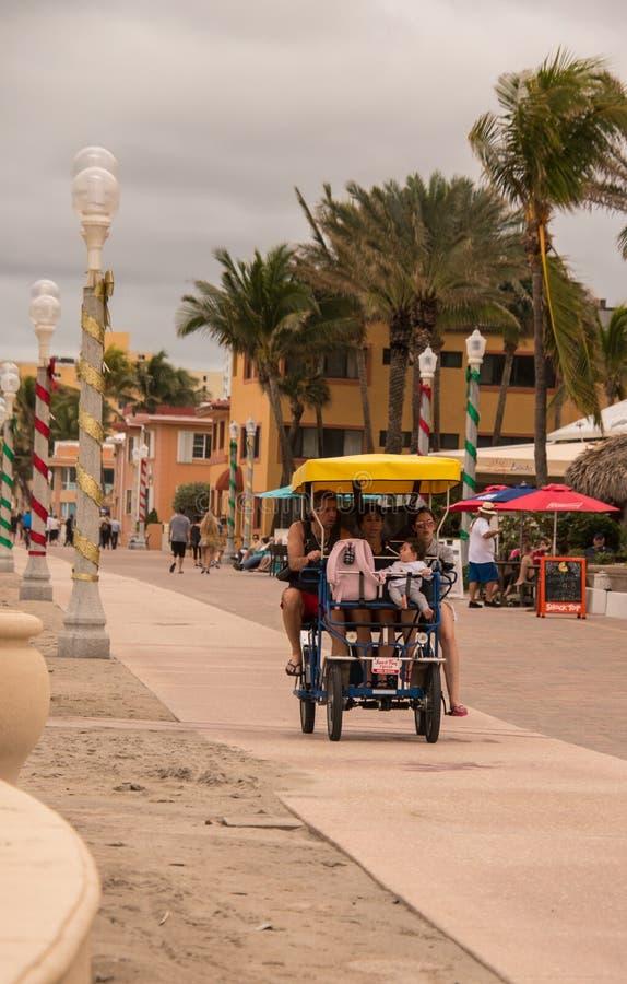 Família na bicicleta de surrey perto da praia imagens de stock royalty free