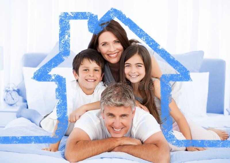 Família na cama junto com o esboço da casa fotos de stock royalty free