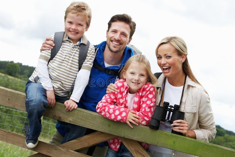 Família na caminhada no campo imagens de stock royalty free