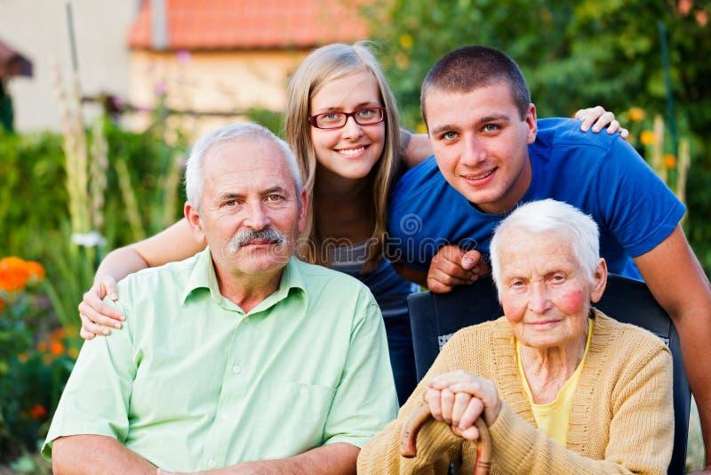Família na casa dos cuidados domiciliários imagens de stock royalty free