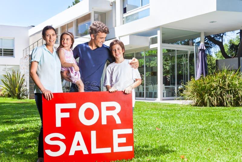 Família na casa grande fotografia de stock