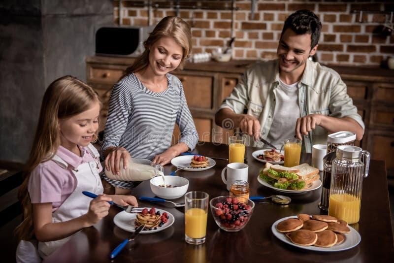 Família na cozinha imagem de stock royalty free