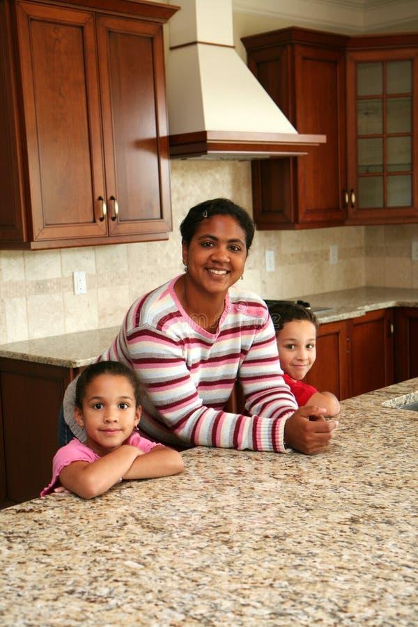 Família na cozinha fotografia de stock