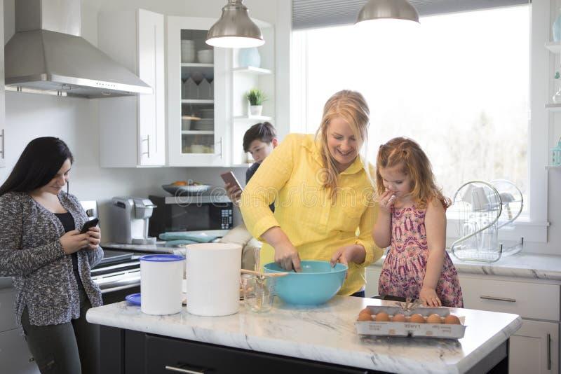 Família na cozinha junto imagem de stock royalty free