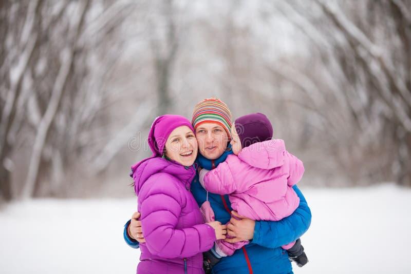 Família na floresta do inverno foto de stock royalty free