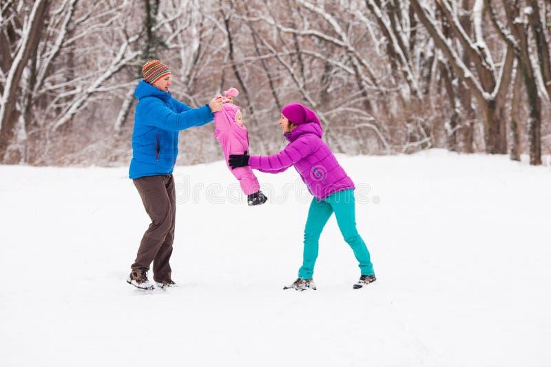 Família na floresta do inverno fotos de stock royalty free
