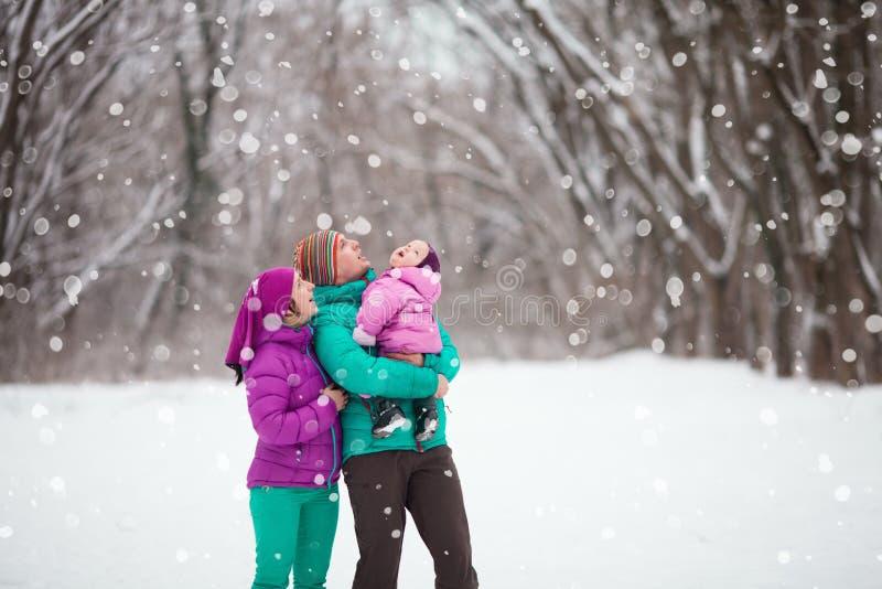 Família na floresta do inverno imagem de stock royalty free