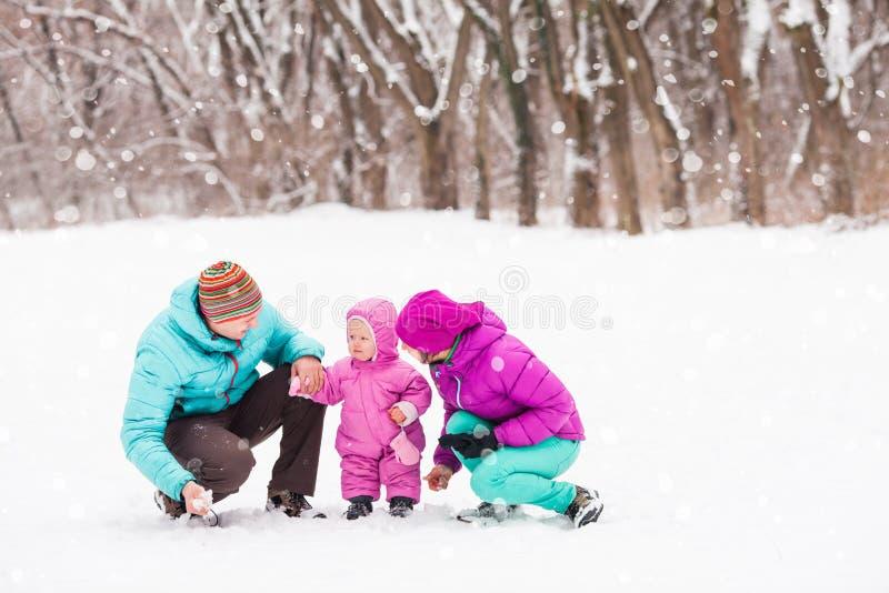Família na floresta do inverno fotografia de stock royalty free