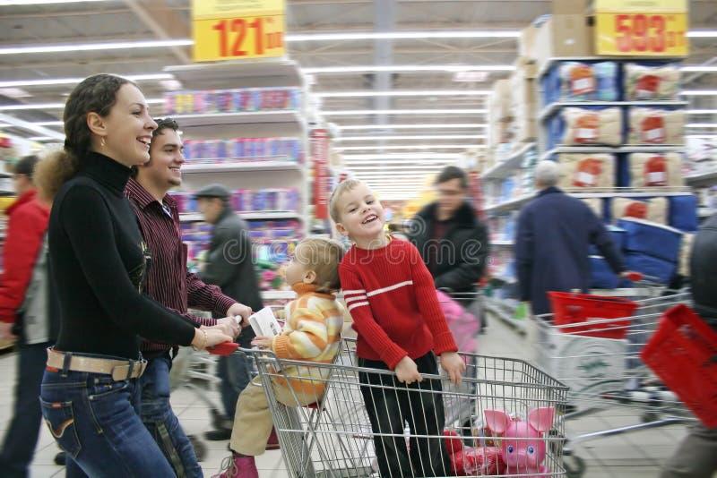 Família na loja imagens de stock royalty free
