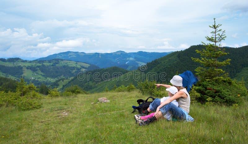 Família na montanha imagem de stock
