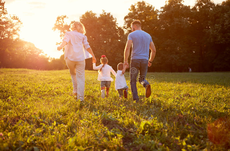 Família na natureza junto, vista traseira imagens de stock royalty free