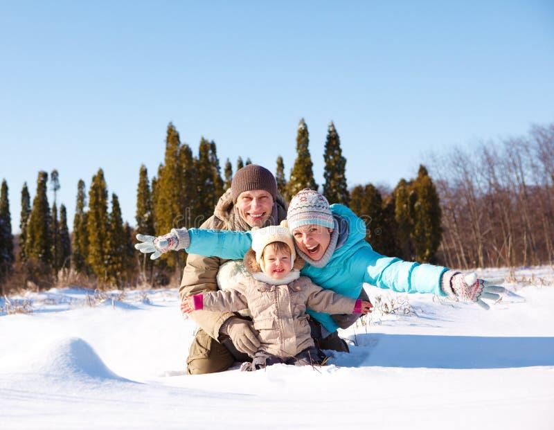 Família na neve imagens de stock royalty free