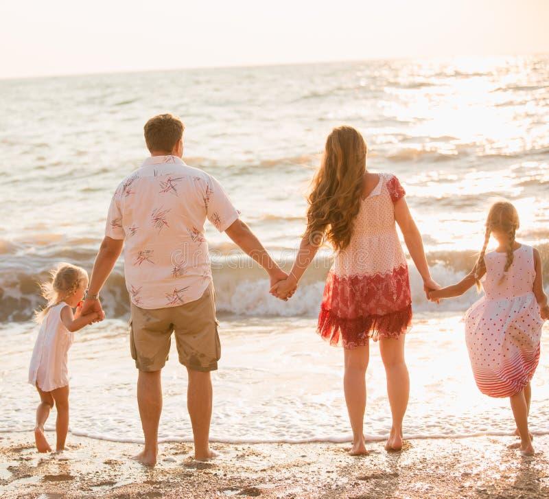 Família na praia foto de stock