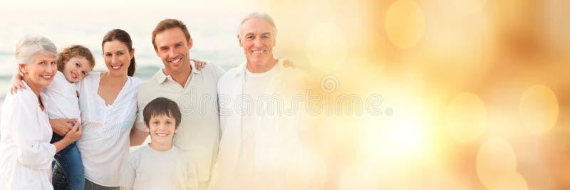 Família na praia com transição amarela do bokeh imagem de stock royalty free