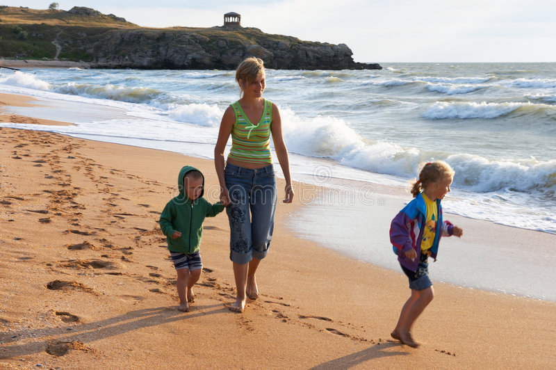 Família na praia da ressaca foto de stock