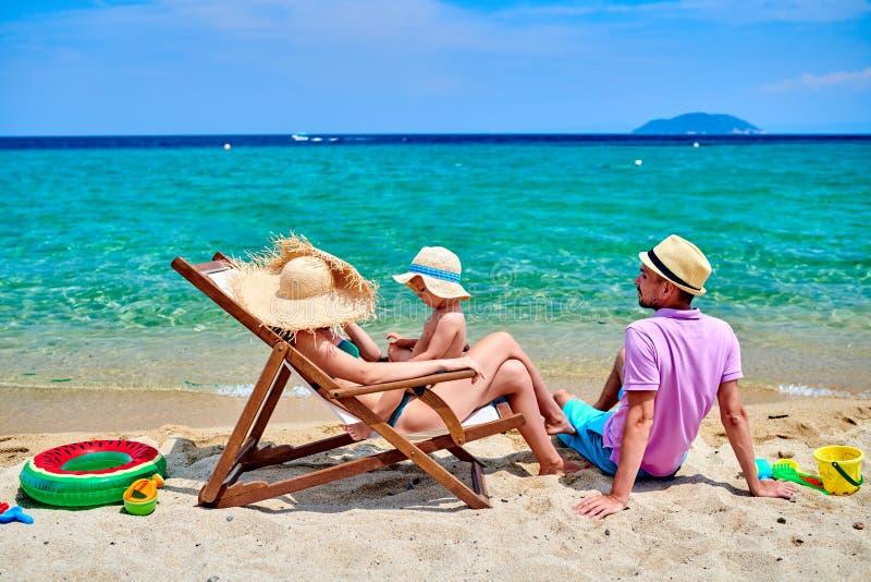Família na praia em Grécia imagem de stock royalty free