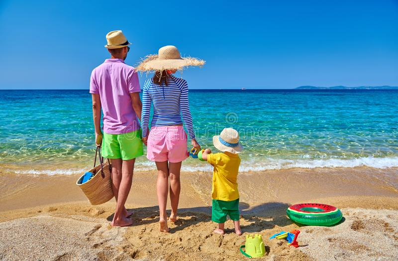 Família na praia em Grécia Férias de verão imagem de stock royalty free