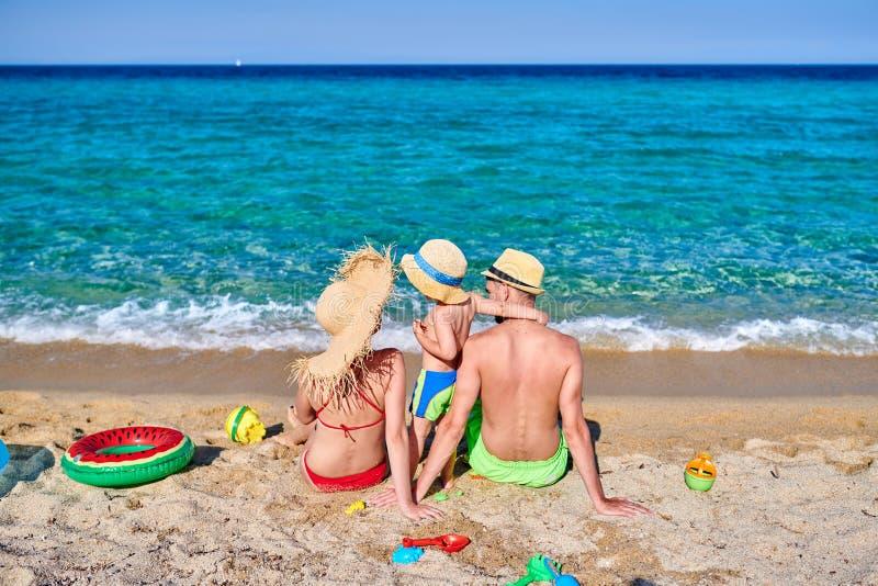 Família na praia em Grécia imagens de stock royalty free