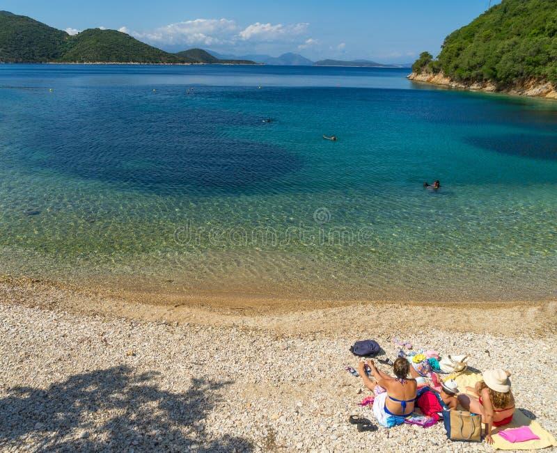 Família na praia, ilha de Ithaca, Grécia fotos de stock