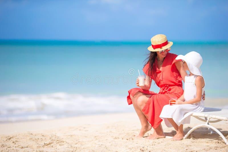 Família na praia que senta-se nas cadeiras de praia fotografia de stock