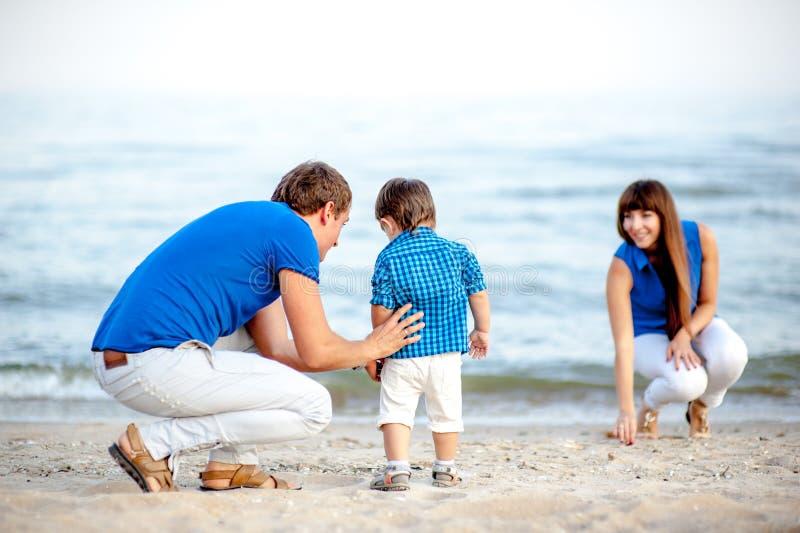 Família na praia um o dia de verão foto de stock