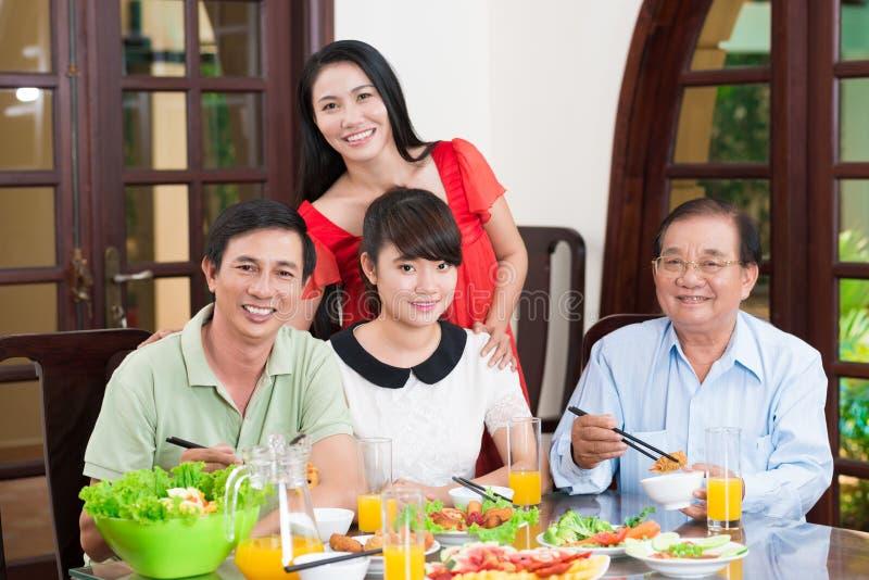 Família na tabela de jantar imagens de stock royalty free