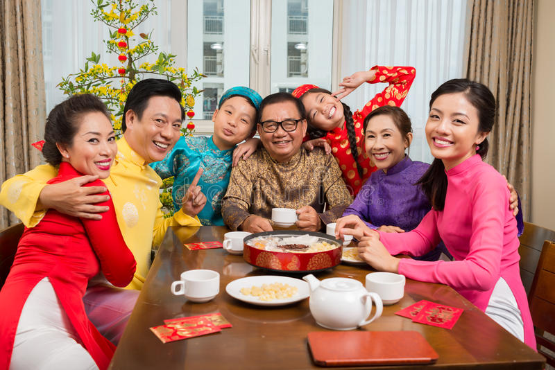 Família na tabela de Tet imagem de stock