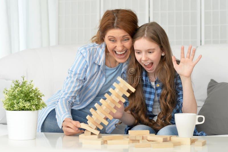 Família na tabela que joga o jogo de mesa imagem de stock