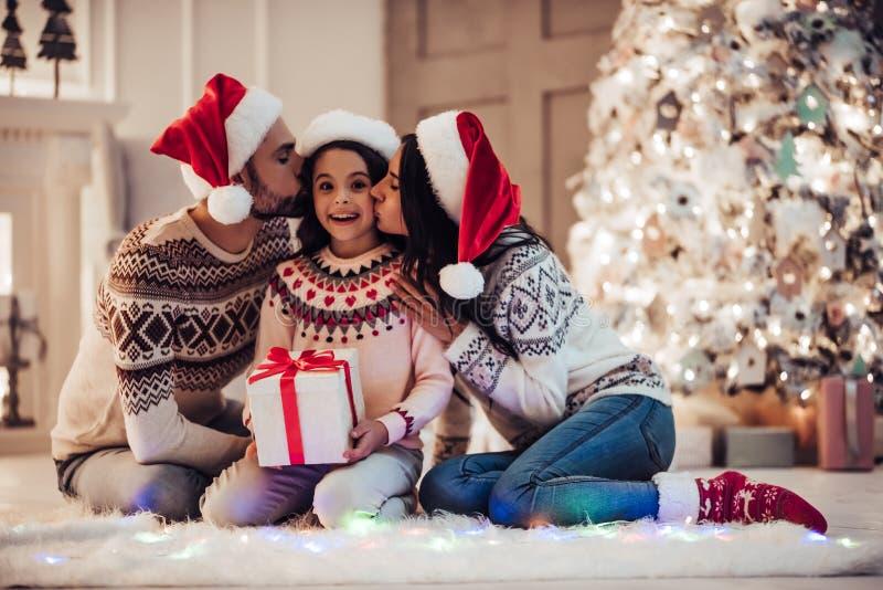 Família na véspera do ` s do ano novo imagens de stock