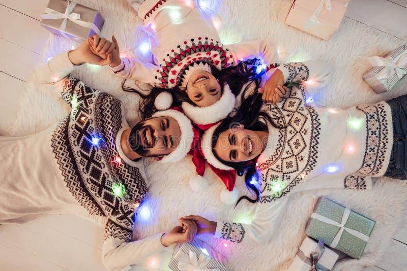 Família na véspera do ` s do ano novo fotografia de stock royalty free