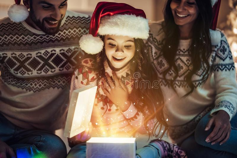 Família na véspera do ` s do ano novo imagem de stock