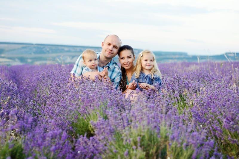 Família no campo imagens de stock