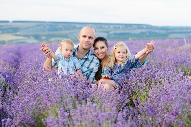 Família no campo da alfazema fotografia de stock royalty free