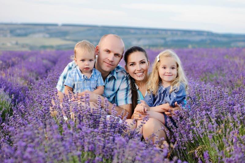 Família no campo da alfazema fotos de stock